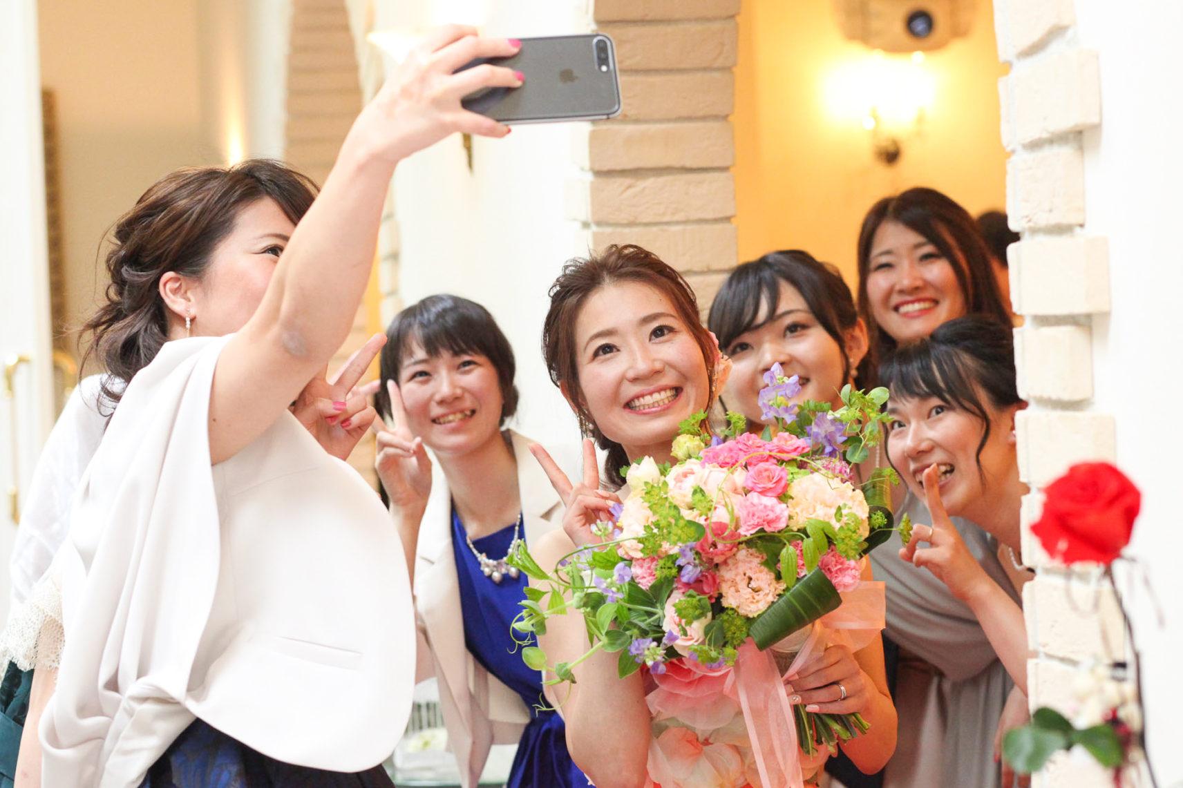 ゲストとの写真や会話を楽しむ wedding party 福山市のチャペル結婚