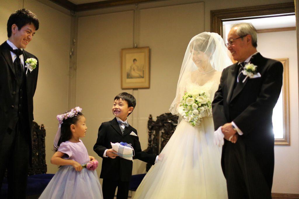 200269e299f4c ... はず☆お子様のお役目は、結婚式だけではなく、披露宴の中にあっても和みます。1人の子に負担が集中しないよう、両家のバランスを取りながらお願い をしましょう♪